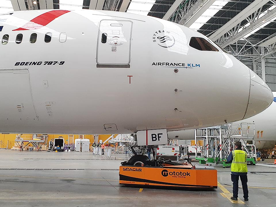 Spacer 250 tows a Boeing 787-9
