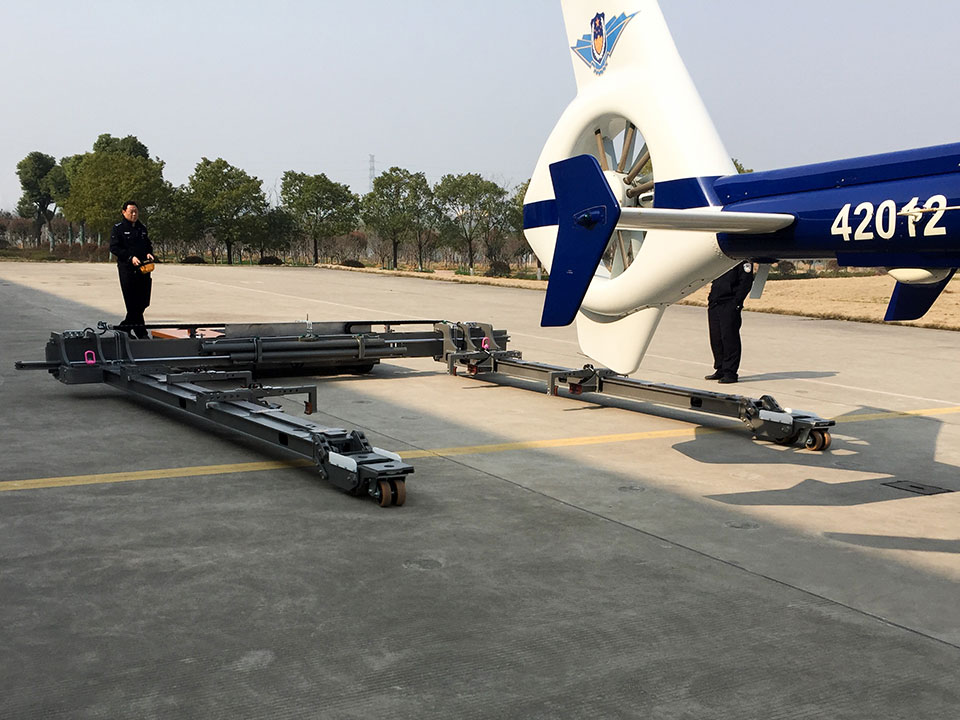 Loading a skidded helicopter with the Mototok Helimo