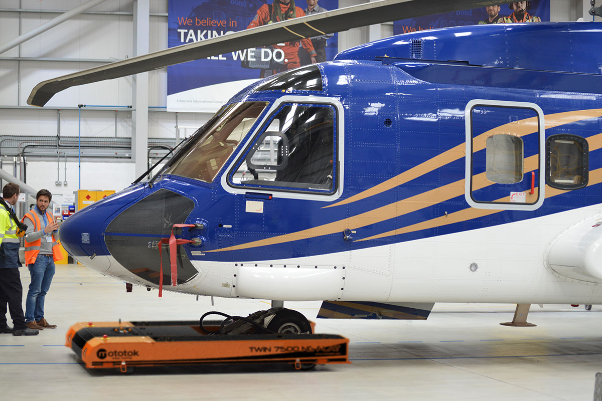 Mototok TWIN 7500 moves a Sikorsky S92