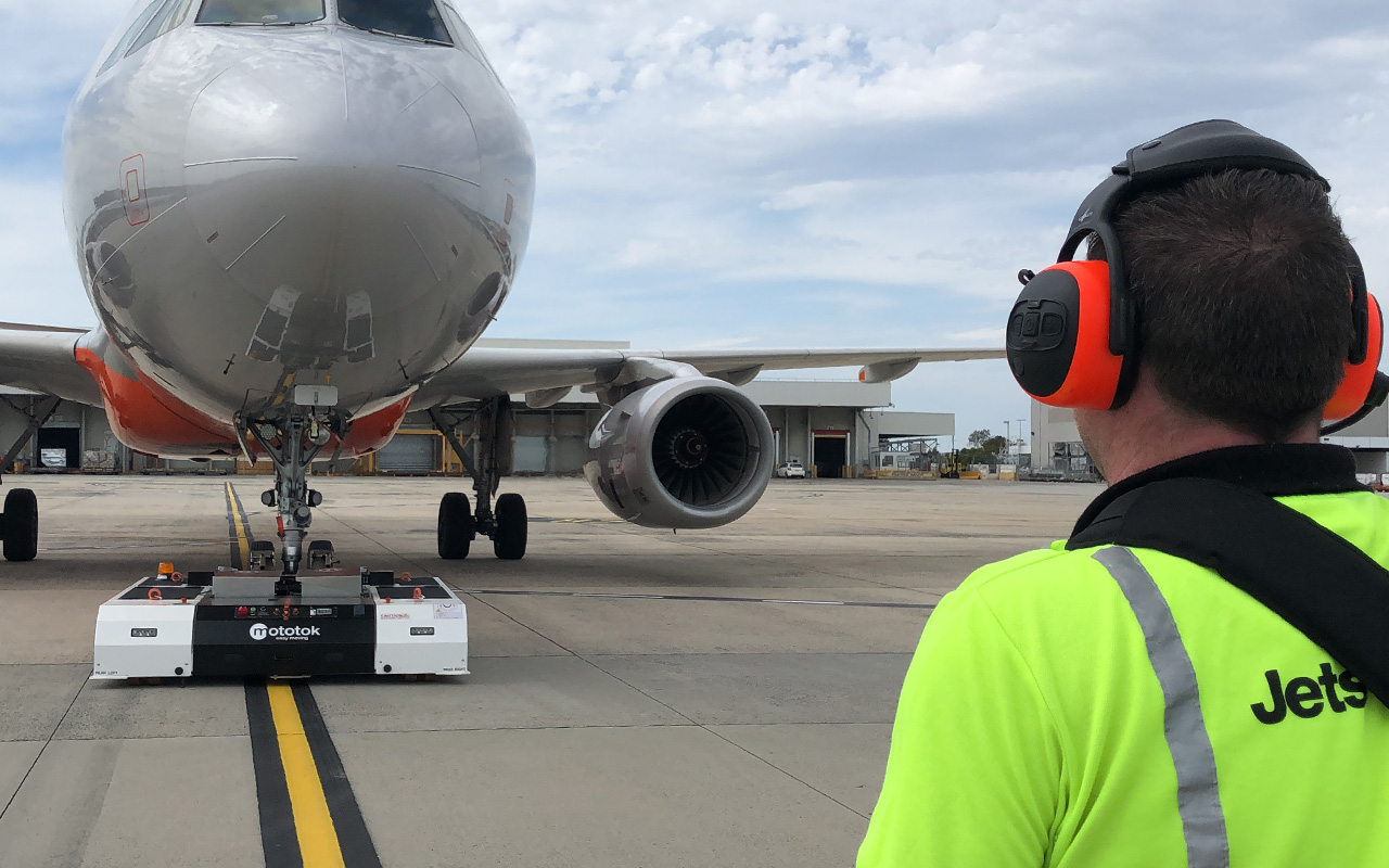 Mototok Spacer 8600 tows Airbus A320 at Jetstar Airways Melbourne