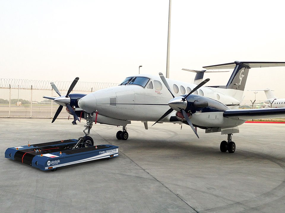 Mototok TWIN 3900 tows a Hawker Beechcraft Super King Air 200