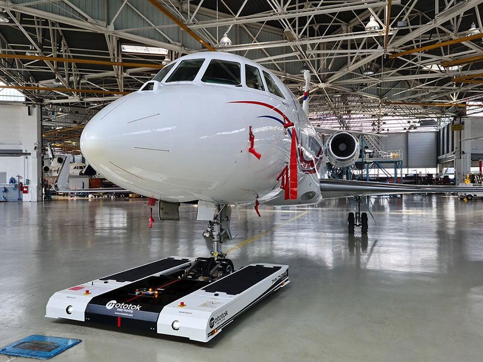 Mototok TWIN 7500 moves a Dassault Falcon