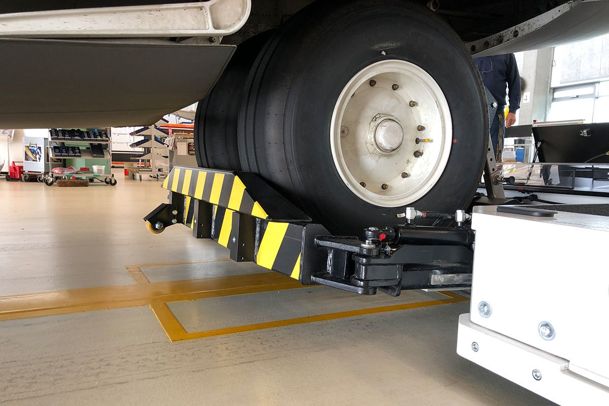 Nosegear of a Hercules C130 lifted by Mototok TWIN Wide 14