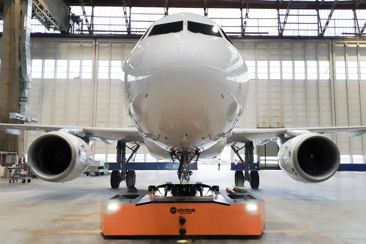 Spacer 250 moves an Airbus 318 in a Hangar