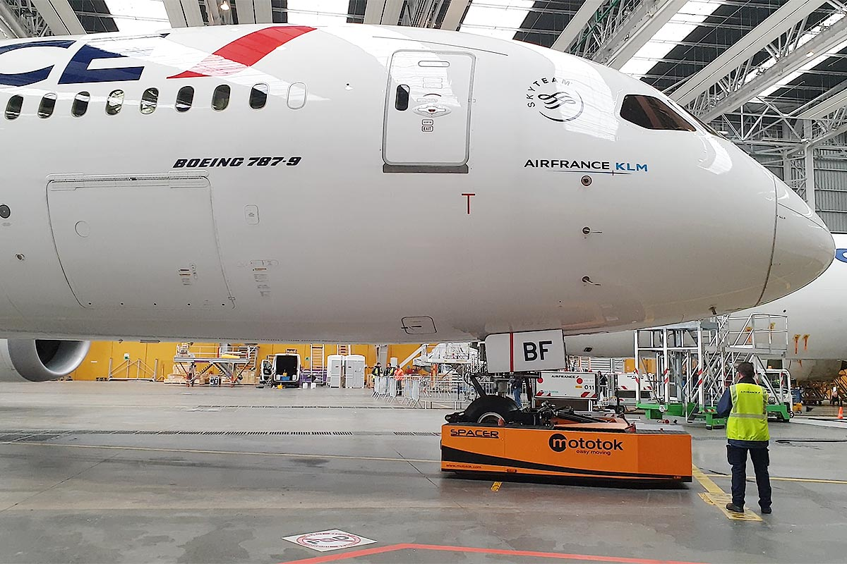 Spacer 250 moves a Boeing 787 in a Hangar
