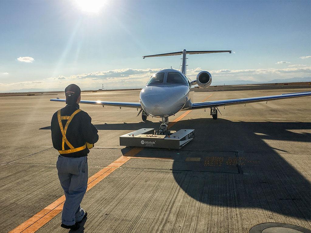 Mototok M tows a Cessna Citation