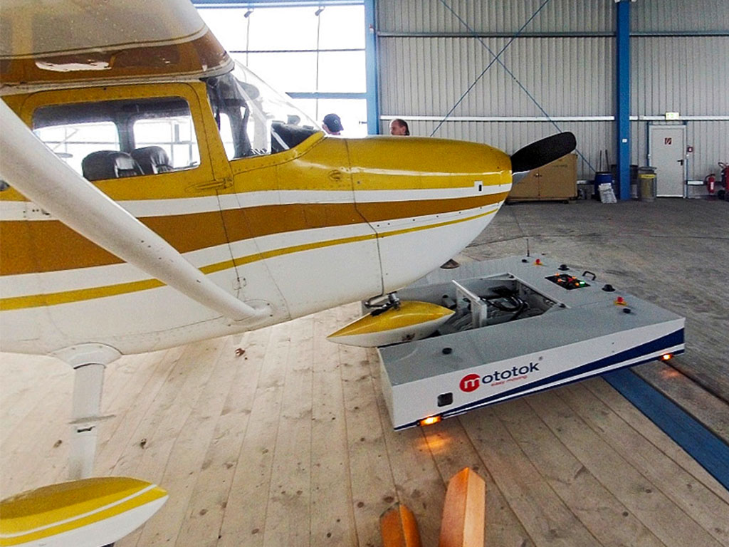 Mototok M with a Cessna 182
