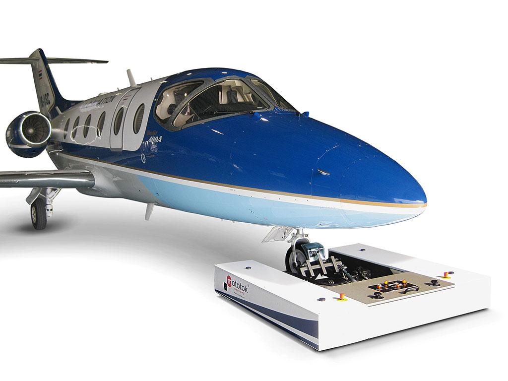 Mototok M tows a Hawker Beechcraft
