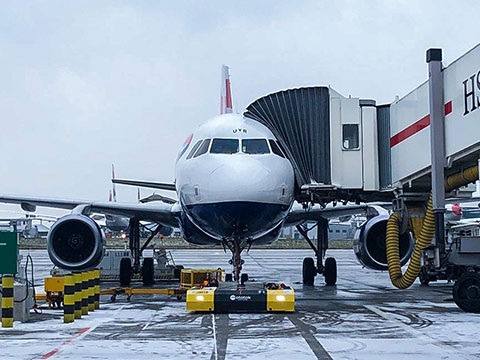 SPACER 8600 with an A320 at Heathrow T5 on winter conditions