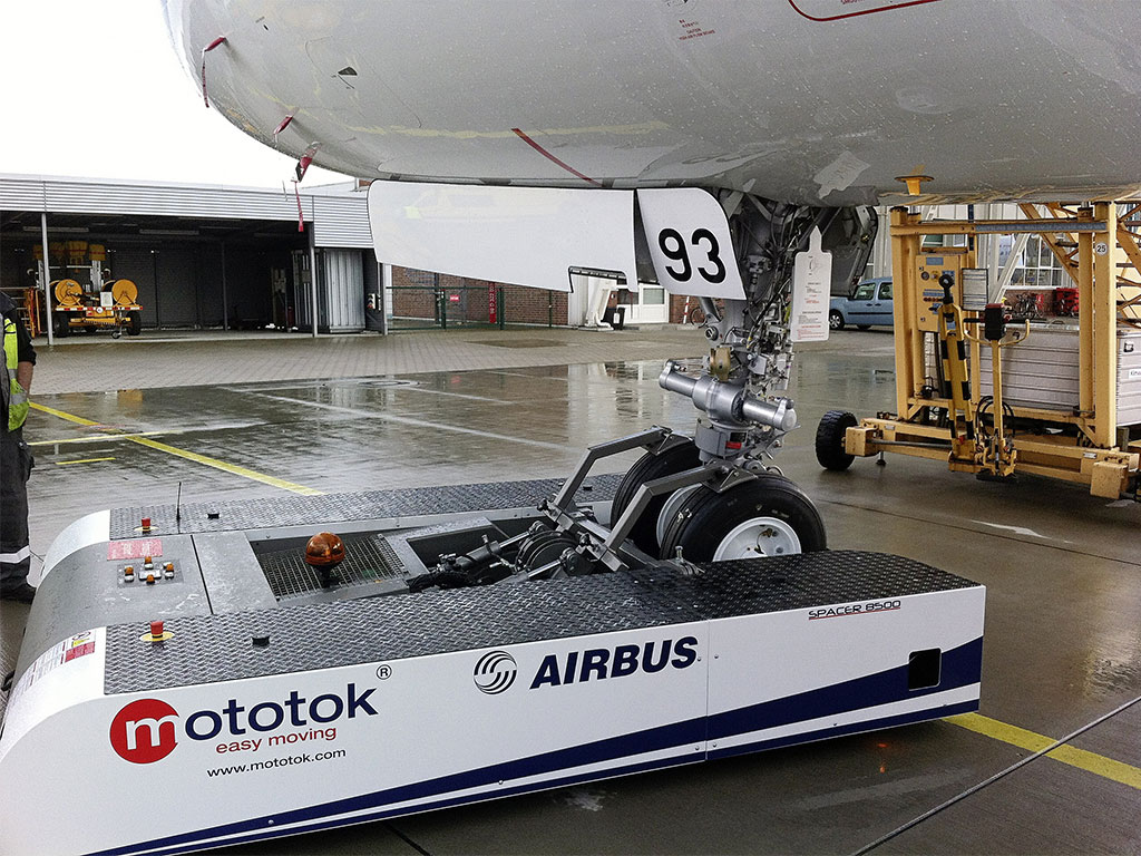 Mototok SPACER 8600 operates an Airbus A320 in the Hangar and on the Apron