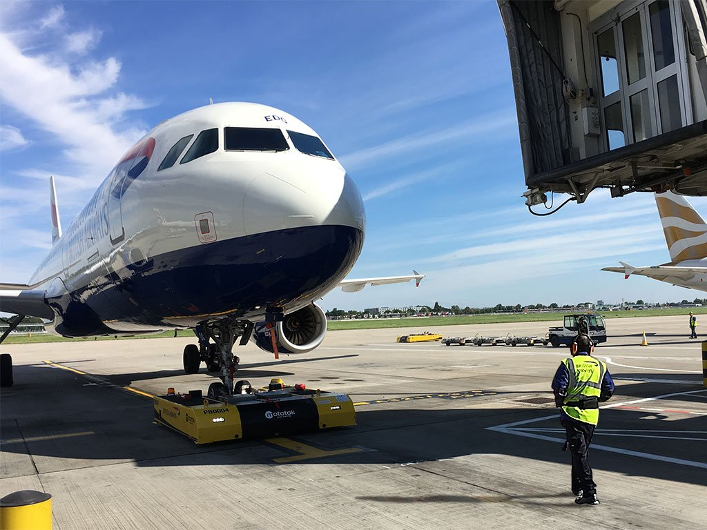 Pushback of an A320 at Heathrow Airport T5