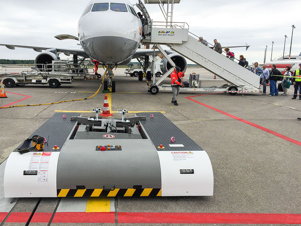 Mototok Spacer waiting for the pushback of an A320 at Köln-Bonn Airport
