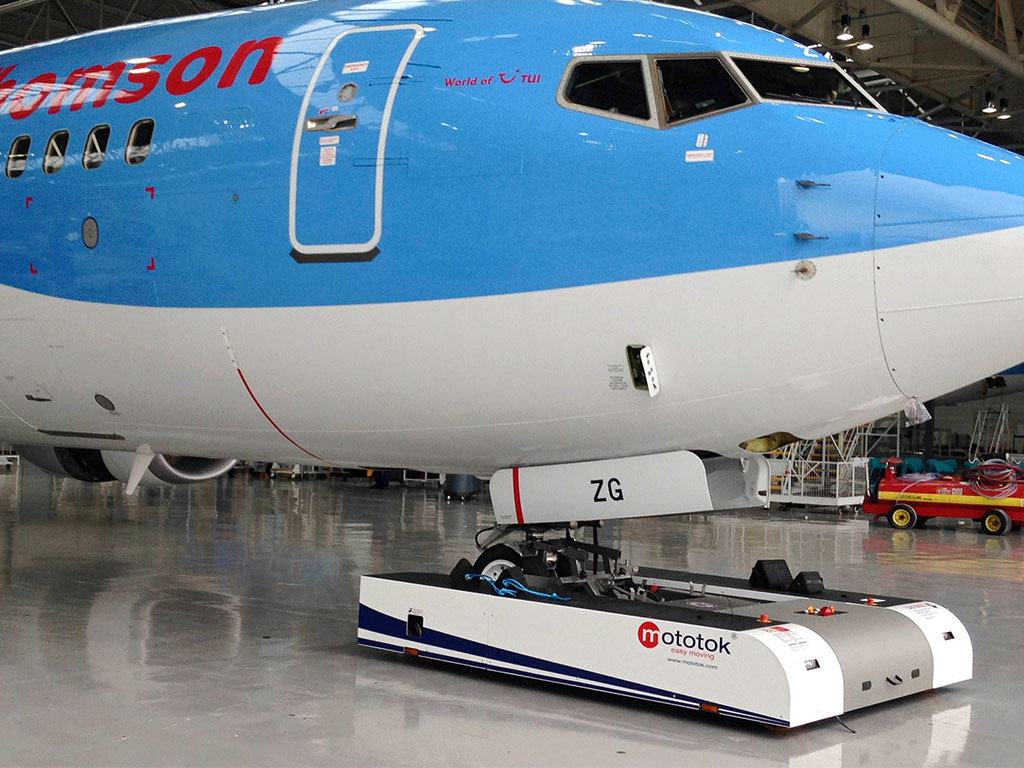 Mototok SPACER 8600 in Hangar Operations with a Boeing 737