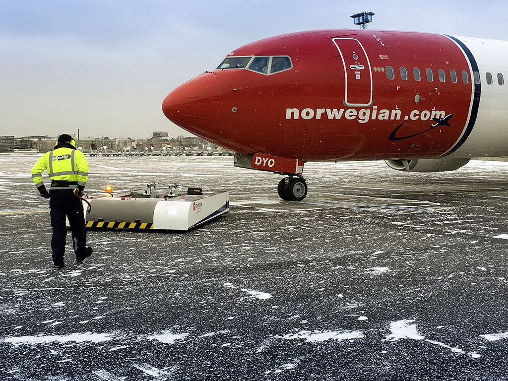 Mototok SPACER 8600: Pushback of an Boeing 737 on hibernal conditions