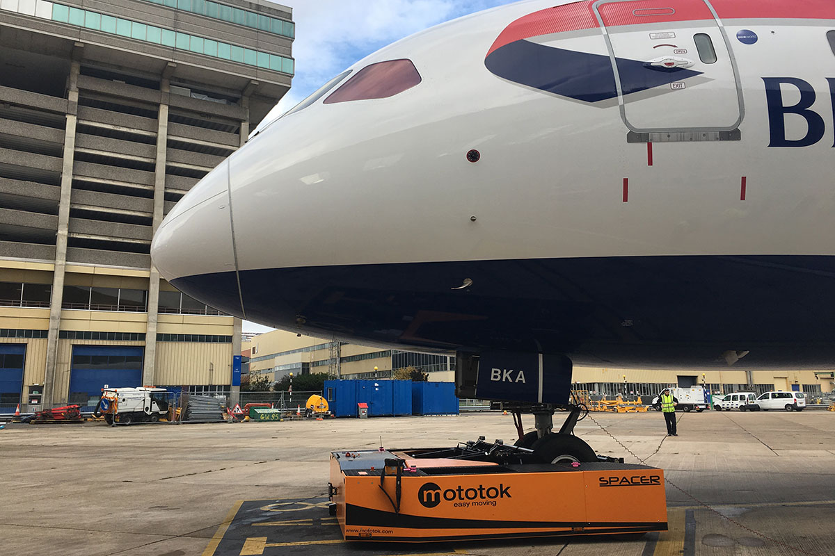 SPACER 250 tows a Boeing 787 (Dreamliner)