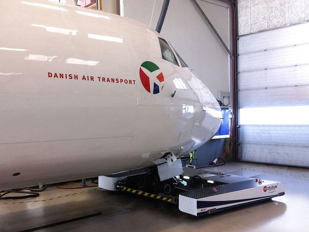 Mototok TWIN Wide tows an ATR-72