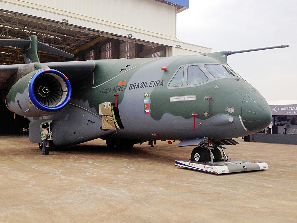 Mototok TWIN Wide tows an Embraer KC-390