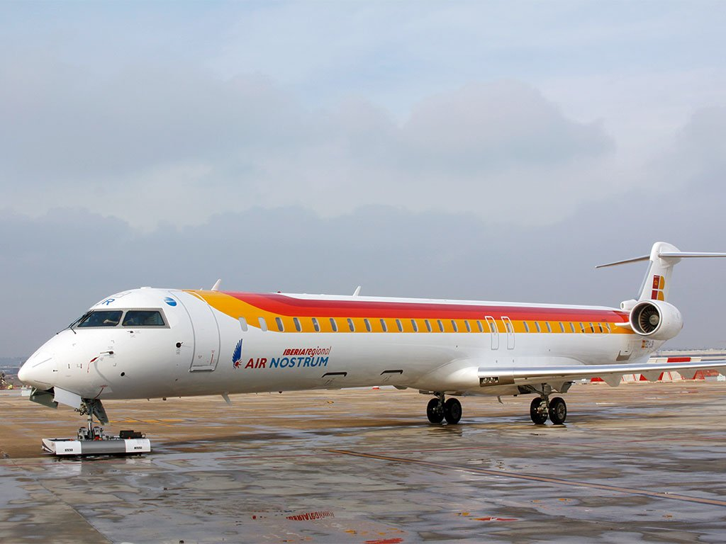 Mototok TWIN tows a Bombardier Canadair CRJ 1000