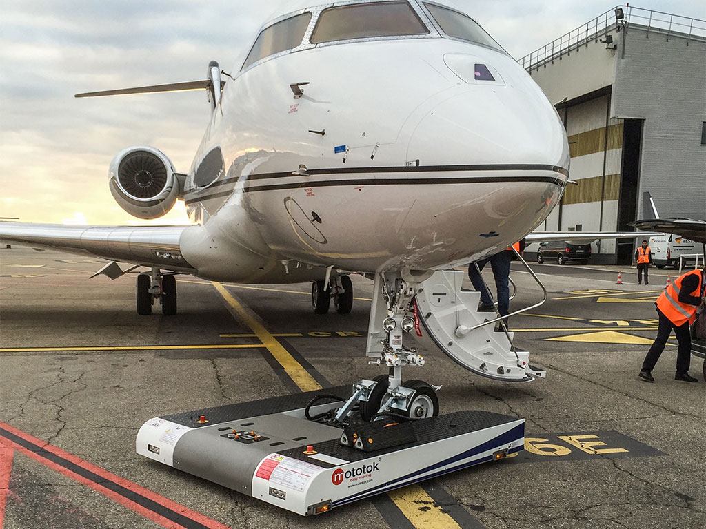 TWIN tows a Global 5000