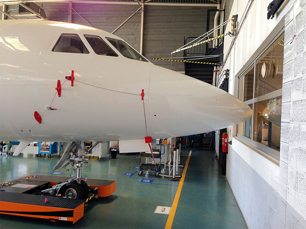 TWIN parks your aircraft (here: a Dassault Falcon) directly against the wall – precisely to the centimeter
