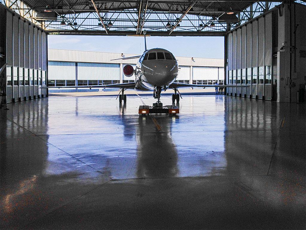 Mototok TWIN Flat tows a Dassault Falcon
