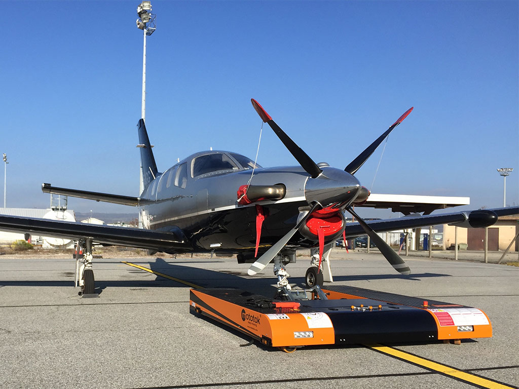 TWIN Flat tows a Socata – the propeller is not a problem at all