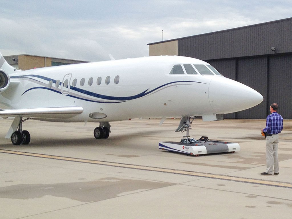 Mototok TWIN tows a Gulfstream