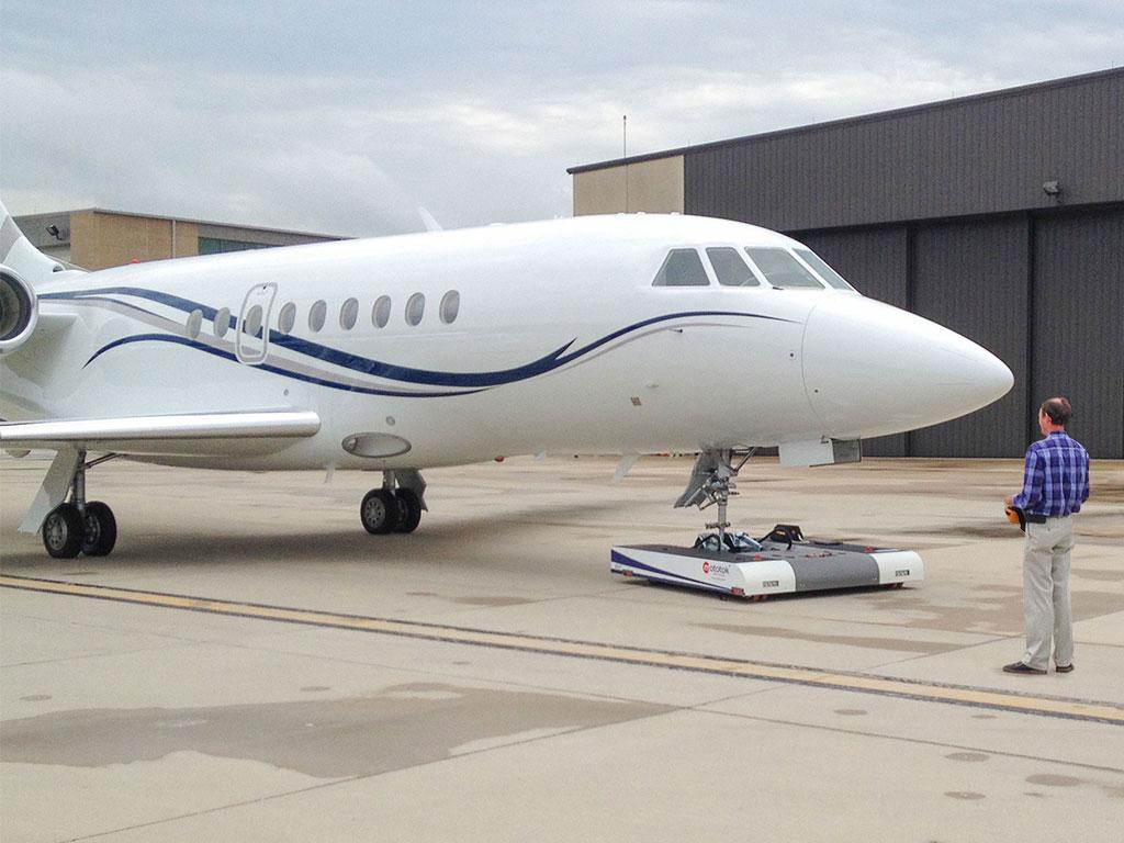 Mototok TWIN tows a Gulfstream