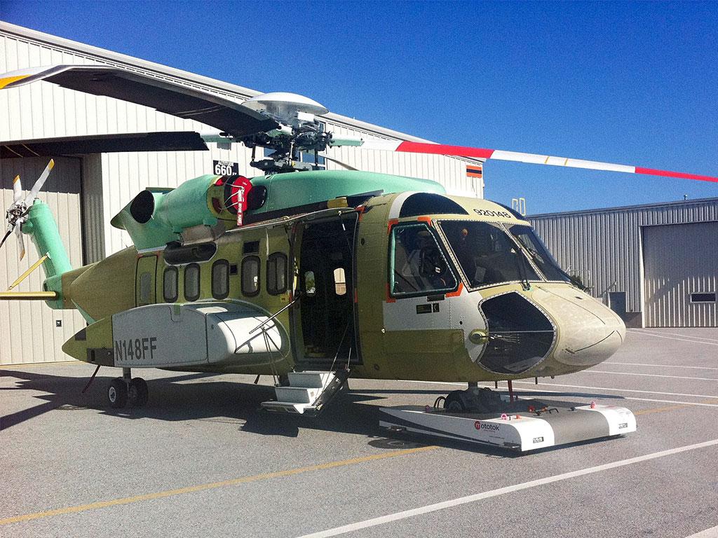 Mototok Twin tows an Sikorsky S92