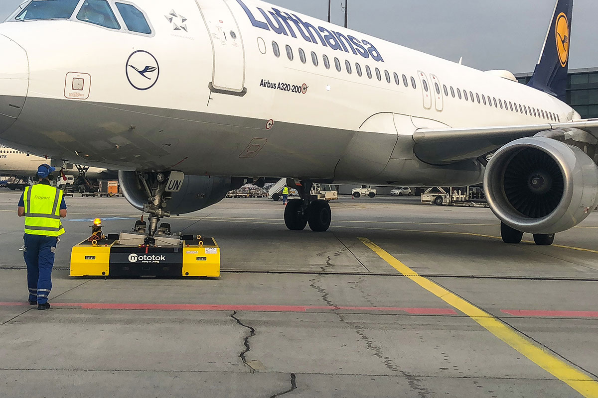 SPACER 8600 moves a A320 at Fraport