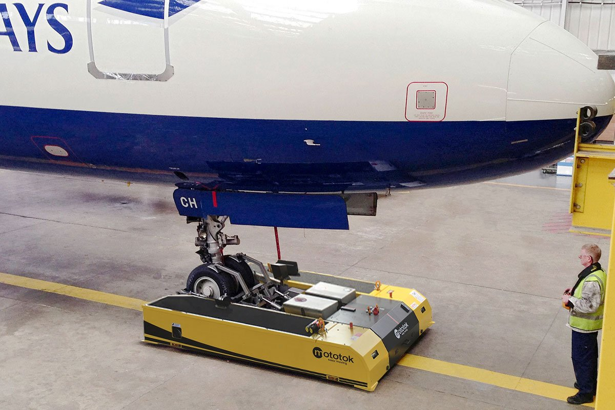 SPACER 8600 operates an Airbus A320 in the Hangar – parks directly towards the hangars wall
